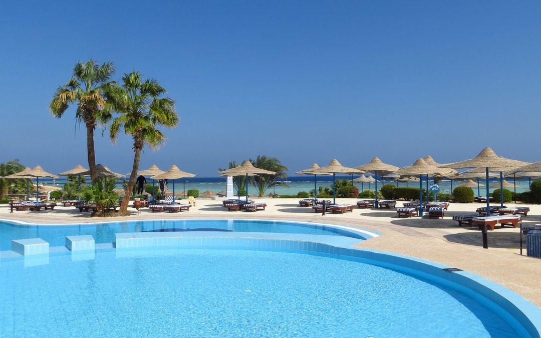 Un abri de piscine s'adapte aisément à votre espace vert