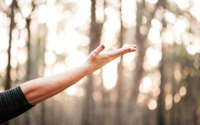 Image présentant une personne faisant du yoga pour se détendre